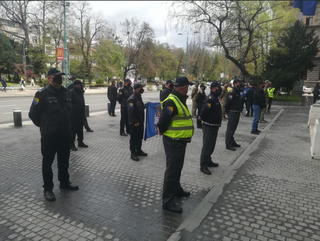 Policija ispred Predsjedništva BiH: Traže veće plate
