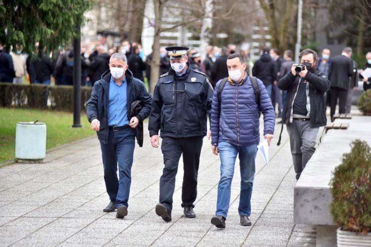 Uz policajce riječima i vlast i opozicija
